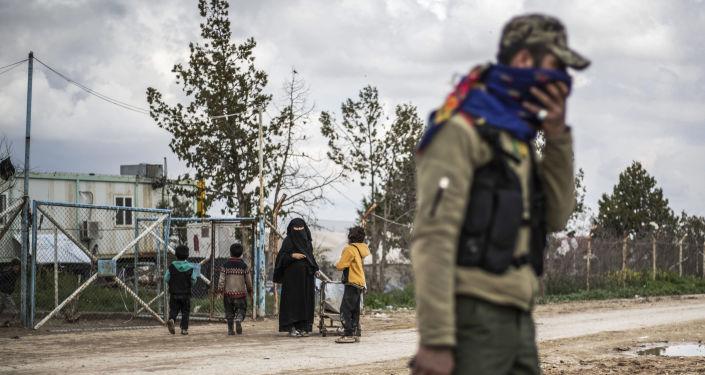 عنصر من قوات سوريا الديمقراطية قسد في الحسكة