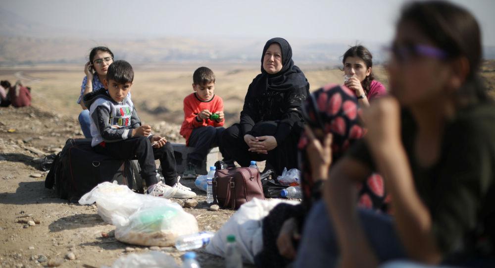 الأكراد النازحون عالقون على الحدود بعد بدء عملية نبع السلام التركية في شمال شرق سوريا، ينتظرون لمحاولة العبور إلى الجانب العراقي، عند معبر سيمالكا، بجوار مدينة ديريك، سوريا 21 أكتوبر / تشرين الأول 2019.