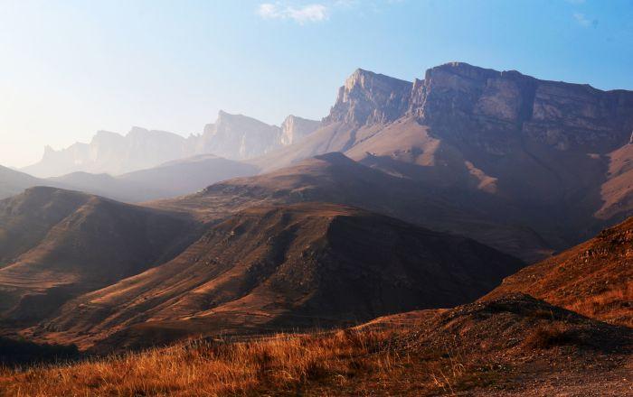 هضبة إينالسيرت (يمين الصورة) في قبردينو بلقاريا