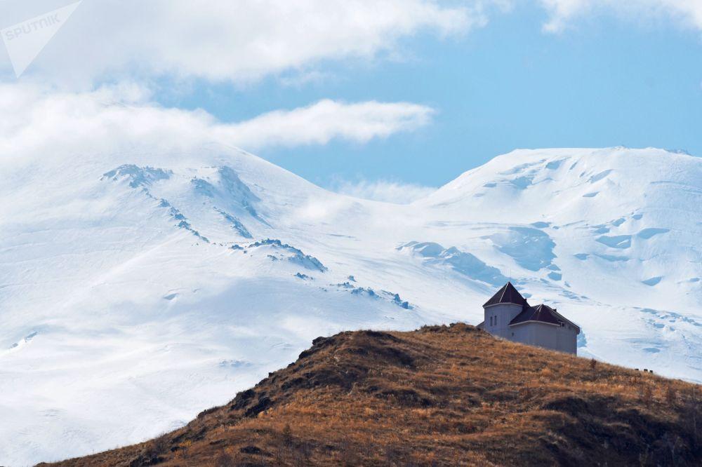 فندق على خلفية جبل إلبروس في قبردينو بلقاريا