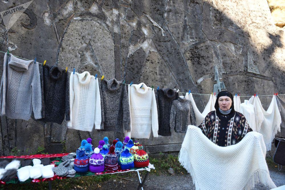 امرأة تبيع الهدايا التذكارية في أراضي الحديقة الطبيعية الوطنية بري إلبروسيه في قبردينو بلقاريا