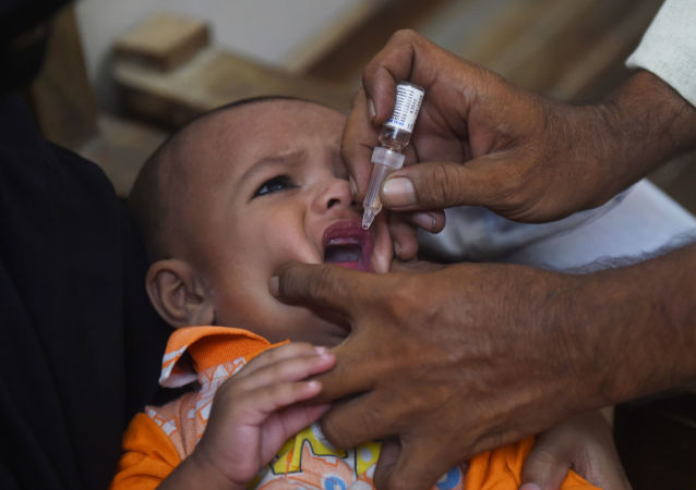 طفل يتلقى لقاح لعلاج شلل الأطفال