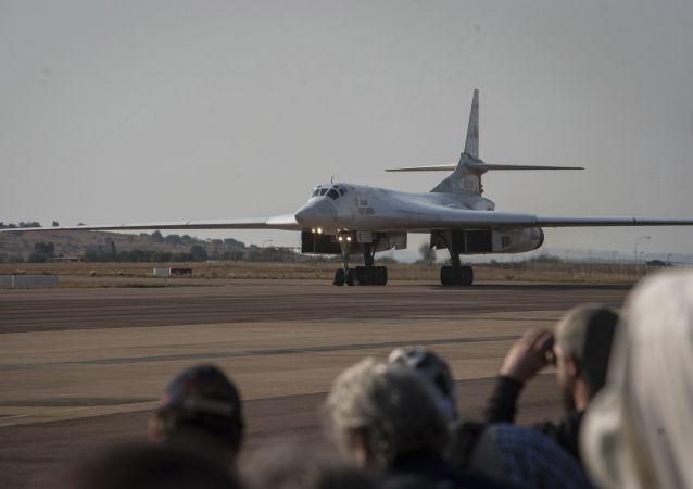 إحدى القاذفات الروسية من طراز تو-160 التي حطت في قاعدة واتركلوف الجوية في جنوب إفريقيا، 23 أكتوبر 2019