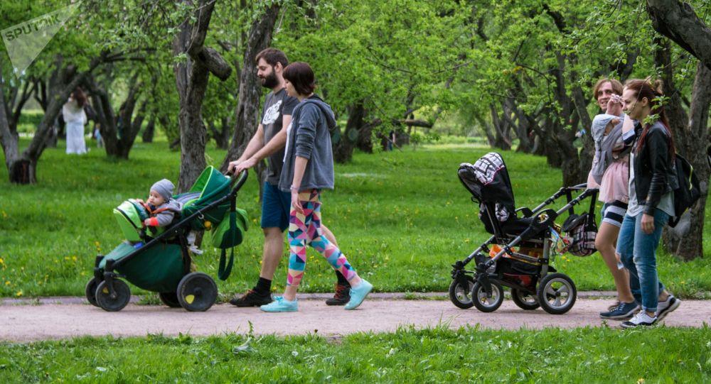 عائلات في حديقة كولومينسكوي، روسيا