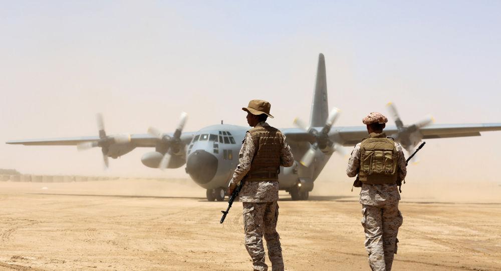جنود سعوديون يقفون قبل تفريغ إمدادات الإغاثة من طائرة شحن تابعة للقوات الجوية السعودية في مطار بمحافظة مأرب بوسط اليمن، 12 مارس/آذار 2018