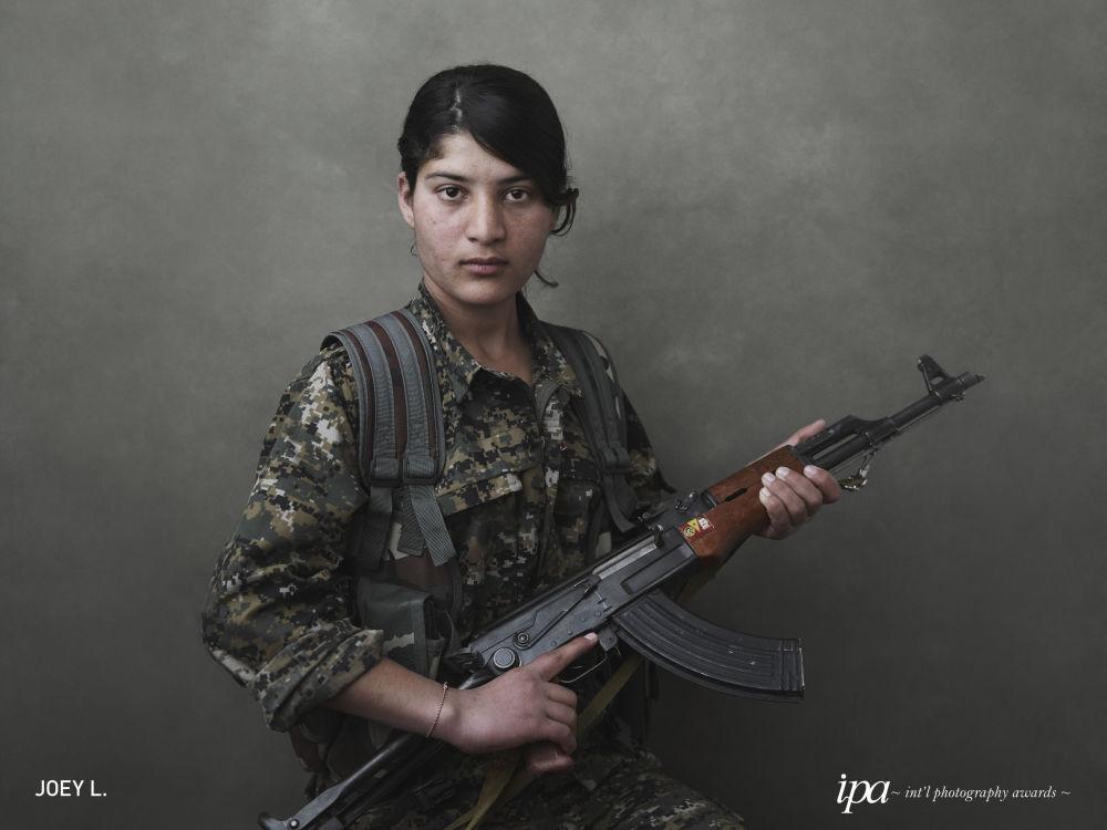 صورة بعنوان خرجنا من النار: المقاوكة الكردية ضد داعش (We Came From Fire: Kurdistan's Armed Struggle Against ISIS)، للمصور جوي إل، الفائز في فئة أفضل مصور للكتاب لهذا العام، ضمن جوائز المحترفين للمسابقة الدولية للتصوير لعام 2019