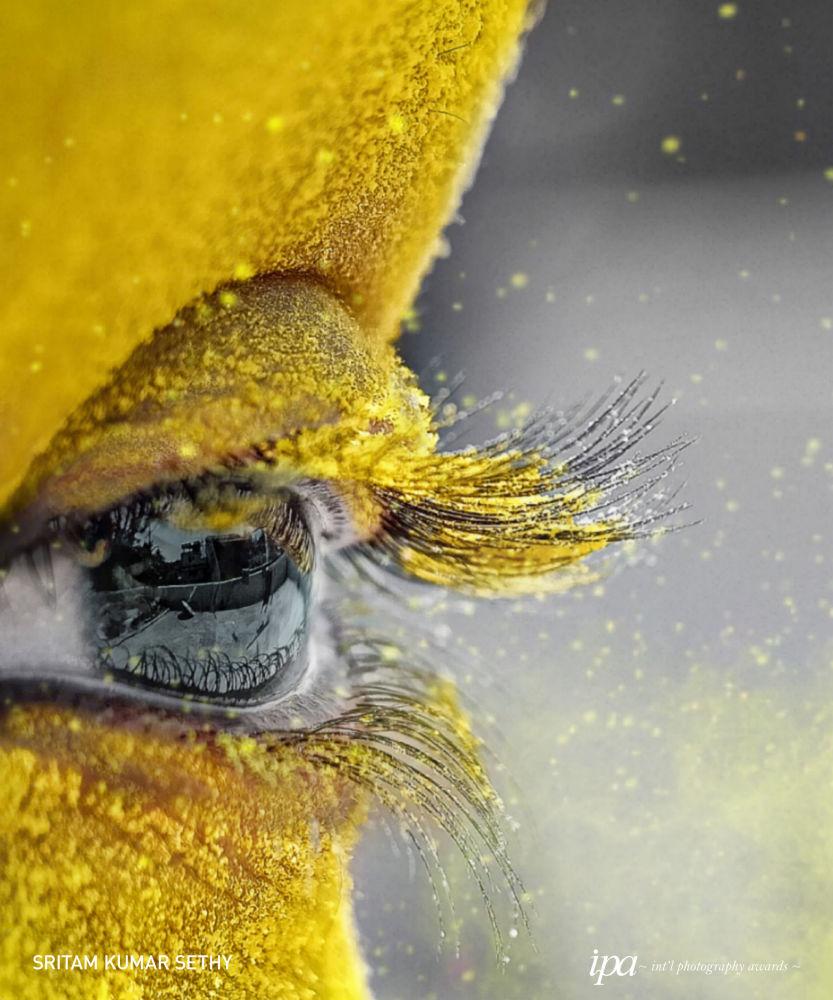 صورة بعنوان محاط باللون الأصفر (Surrounded by yellow)، للمصور سريتام كومار سيذي، الفائز في فئة أفضل مصور المناسبات لهذا العام، ضمن جوائز غير المحترفين للمسابقة الدولية للتصوير لعام 2019