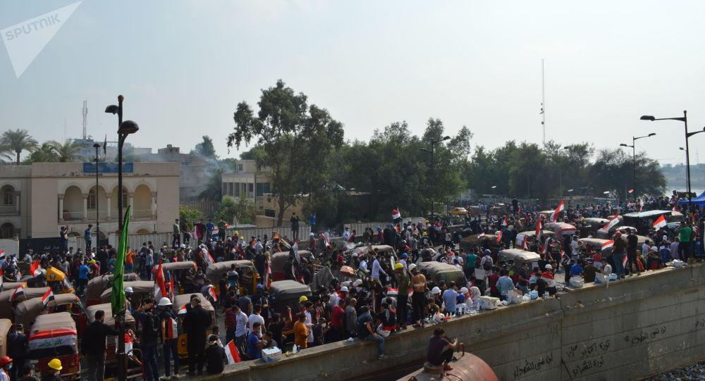المتظاهرون وعجلات التك تك في منطقة الخضراء المطلة على نهر دجلة وسط بغداد