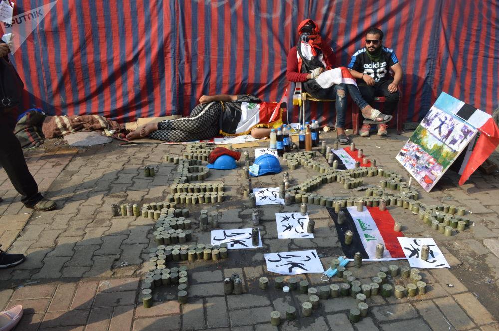 عاش العراق - عبارة كتبها المتظاهرون بالقنابل الدخانية والغاز المسيل بالدموع التي ألقيت عليهم في ساحة التحرير