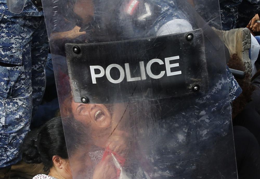 عناصر شرطة مكافحة الشغب تغلق الطريق أمام المشاركين في المظاهرات المناهضة للحكومة اللبنانية في بيروت، لبنان 26 أكتوبر 2019