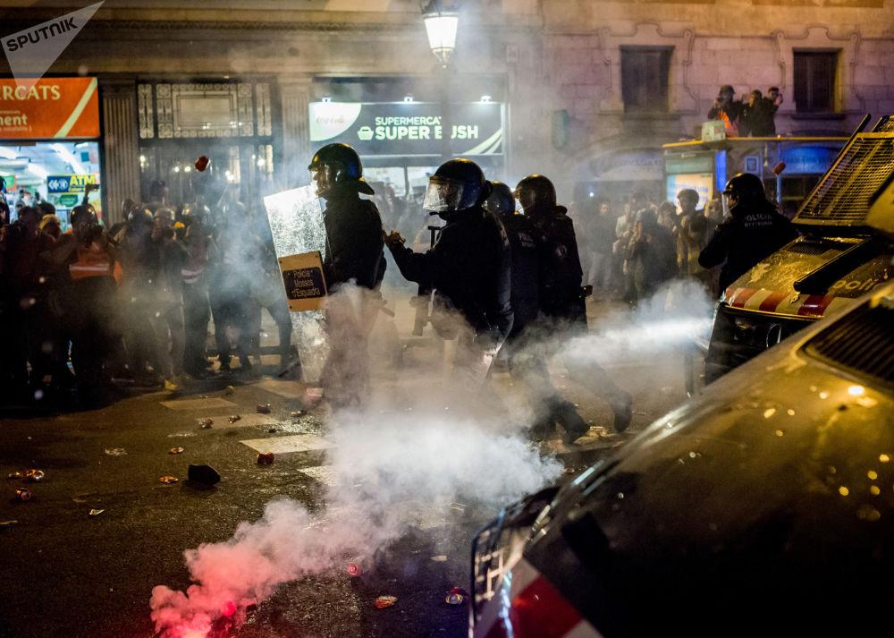 احتجاجات برشلونة المؤيدة لاستقلال إقليم كتالونيا واحتجاجا على حكم بسجن 9 من قادة الانفصال، إسبانيا 26 أكتوبر 2019