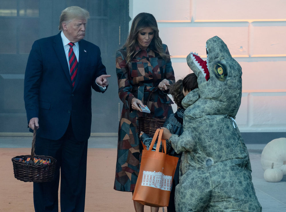 الرئيس الأمريكي دونالد ترامب وزوجته ميلانيا ترامب يستقبلان الأطفال في احتفالات هالوين في البيت الأبيض، 28 أكتوبر 2019