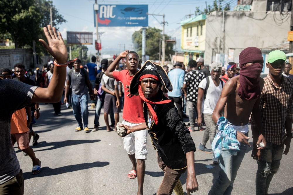 ضباط الشرطة وأنصارهم يشاركون في احتجاجات مناهضة للحكومة في بورت أو برنس في 27 أكتوبر 2019