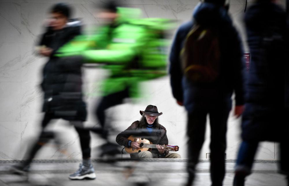 موسيقي الشارع، سيرغي سادوف، يعزف على الغيتار في مدخل إحدى محطات مترو الأنفاق ي موسكو، 30 أكتوبر 2019
