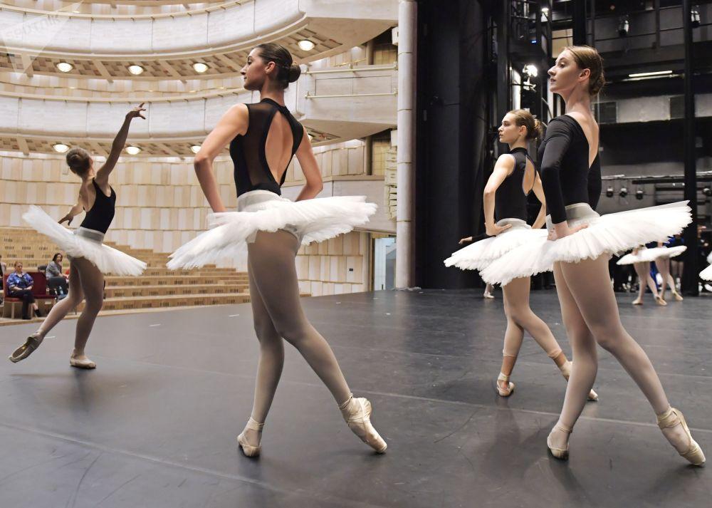 درس مفتوح لطلاب أكاديمية بوريس إيفمان للرقص في سان بطرسبورغ، روسيا 29 أكتوبر 2019