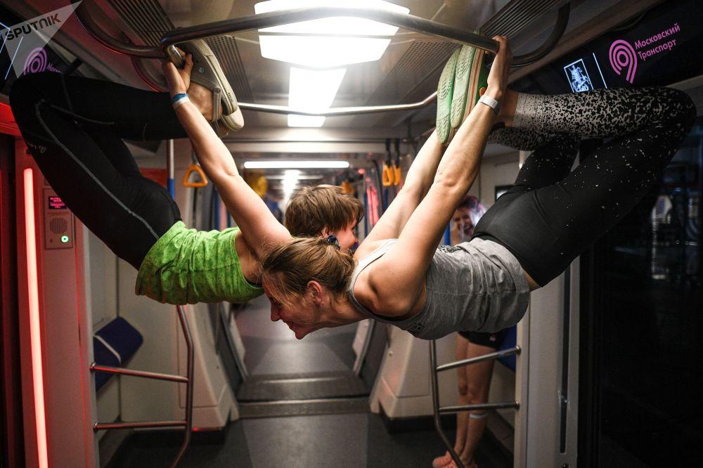 المشاركون في المهرجان الشبابي لثقافات الشوارع ميترو إنداستريالز في محطة مترو موسكو ديلوفوي تسينتر