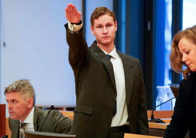 المتهم بإطلاق نارعلى مسجد يؤدي التحية النازية في المحكمة
