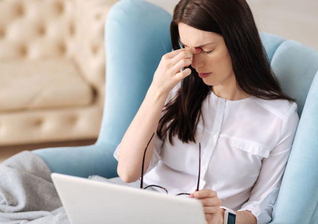 امرأة تعاني من الصداع النصفي