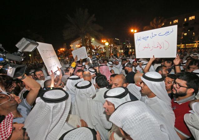 متظاهرون في ساحة الإرادة في الكويت ضد انتشار الفساد