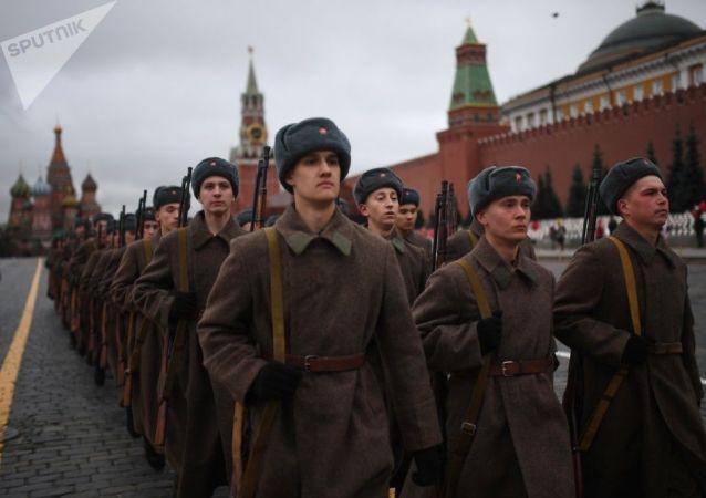 العرض العسكري التاريخي 1941 في الساحة الحمراء بموسكو