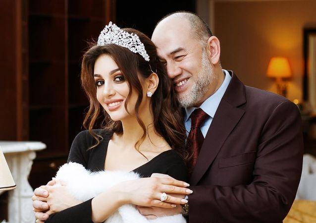 ملكة جمال موسكو أوكسانا فويفودينا وملك ماليزيا السابق محمد الخامس