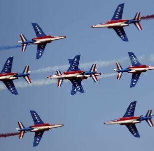 عرض الفرقة الاستعراضية الجوية الفرنسية باتروي دو فرانس خلال عرض جوي في معرض دبي للطيران لعام 2019، 17 نوفمبر 2019