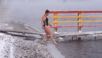 التدريب والتحضير للمسابقة الشتوية للسباحة في مياه النهر لأعضاء مركز ميغابولوس للسباحة الباردة في نهر ينيسي في درجة حرارة الهواء أقل من 20 درجة تحت الصفر في كراسنويارسك الروسية