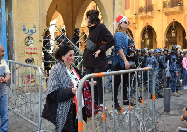 المحتجون يطوقون مقر البرلمان اللبناني في بيروت، لبنان 19 نوفمبر 2019