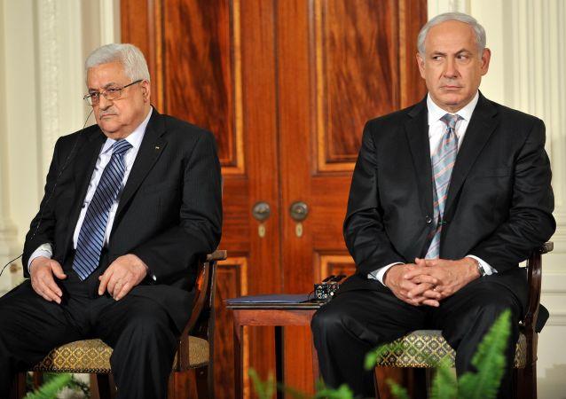 الرئيس الفلسطيني محمود عباس في لقاء سابق مع رئيس الوزراء الإسرائيلي بنيامين نتنياهو