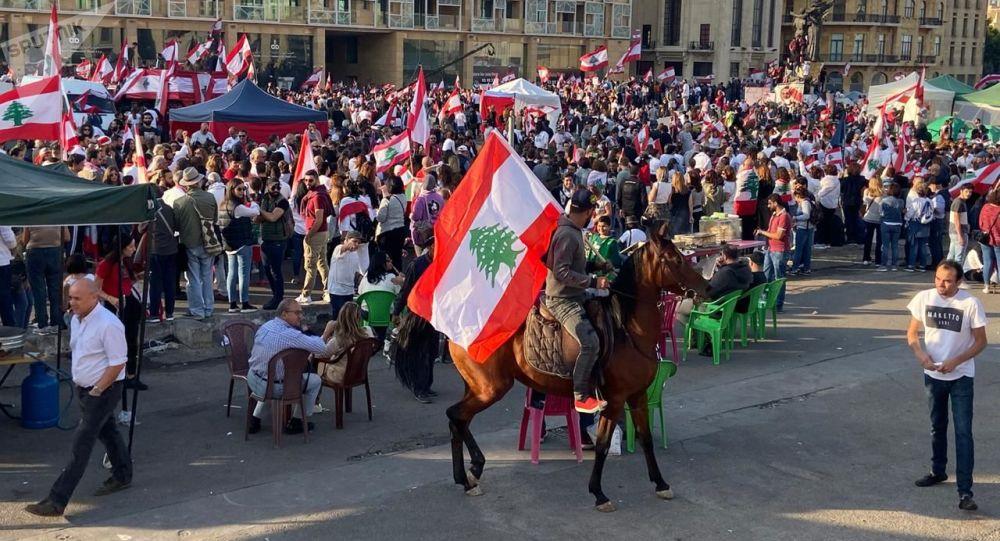 لبنان يحيي ذكرى استقلاله بعرض رمزي والمتظاهرون يحتفلون بعرض مدني