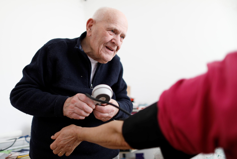 كريستيان شيناي مستمر في علاج مرضاه رغم تقدمه في العمر