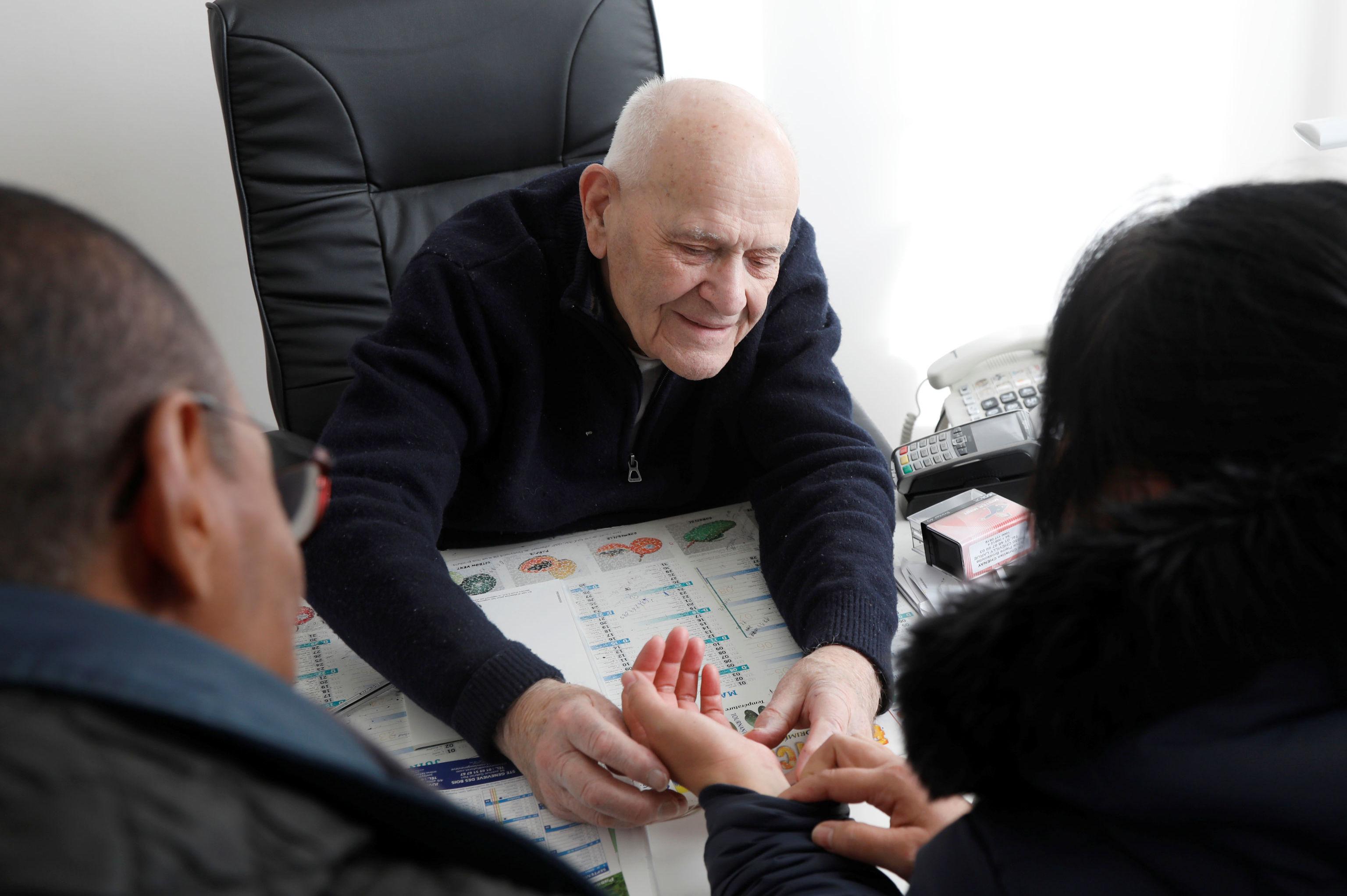 الطبيب الفرنسي كريستيان شيناي في عيادته