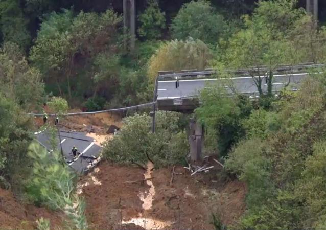 انهيار جسر على طريق سريع في إيطاليا