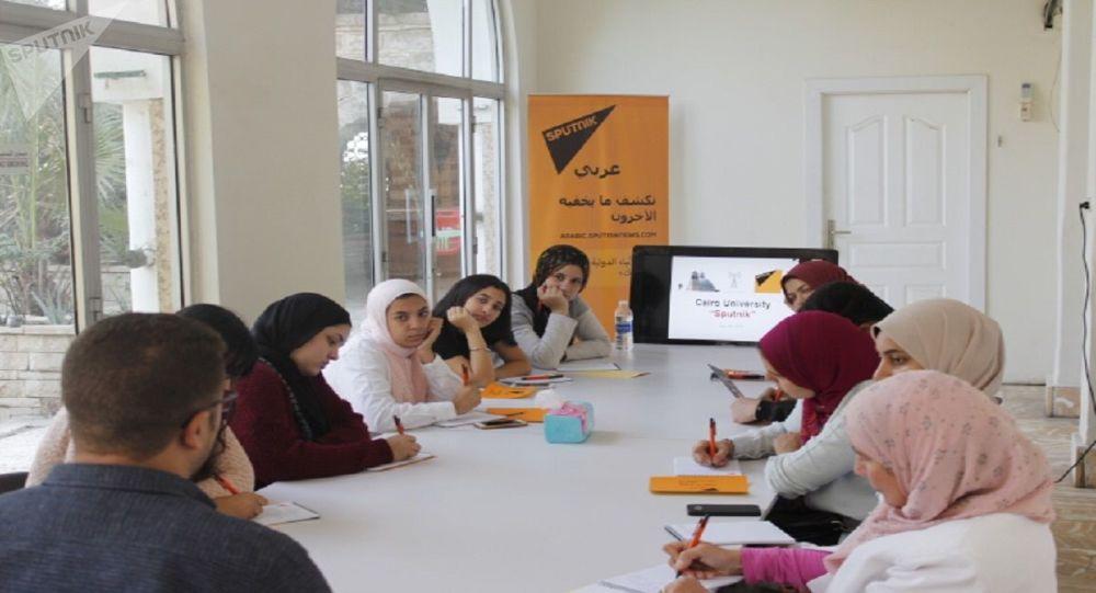 طلبة كلية الإعلام بجامعة القاهرة يستمعون لشرح طريقة عمل الوكالة مع الزميل محمد الخولي