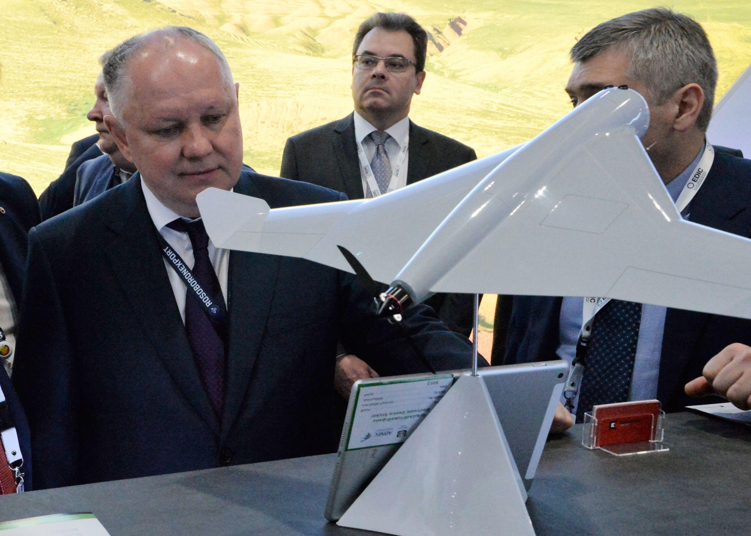 المدير العام لشركة روس أوبورون إكسبورت الروسية، ألكسندر ميخييف (يسار) يتفقد طائرة بدون طيار كوف (KYB)، من انتاج كلاشنيكوف في معرض آيدكس 2019