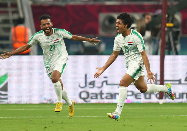 فرحة لاعبي منتخب العراق أثناء الفوز على قطر في افتتاح كأس الخليج (خليجي 24)