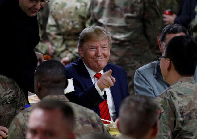 الرئيس الأمريكي دونالد ترامب يتناول طعام العشاء مع القوات الأمريكية في حفل عشاء عيد الشكر خلال زيارة مفاجئة في قاعدة باغرام الجوية في أفغانستان، 28 نوفمبر/تشرين الثاني 2019
