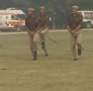 الشرطة الهندية تمتطي العصي بدلا من الخيول