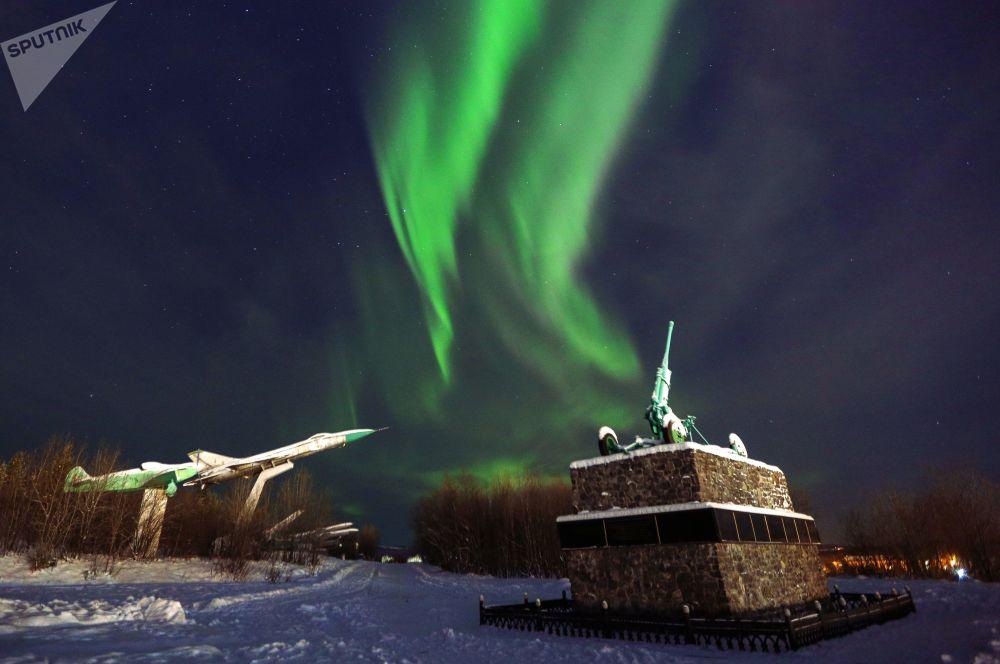 الشفق القطبي الشمالي ينعكس على النصب التذكاري في مورمانسك الروسية