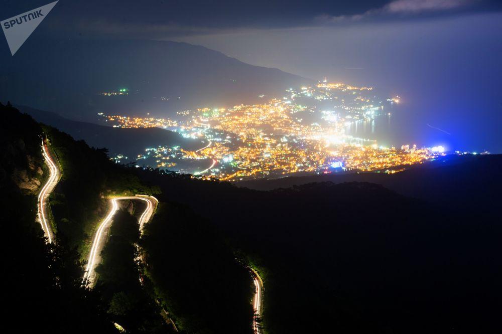 منظر يطل على مدينة يالطا من جبل آي بيتري في شبه جزيرة القرم الروسية