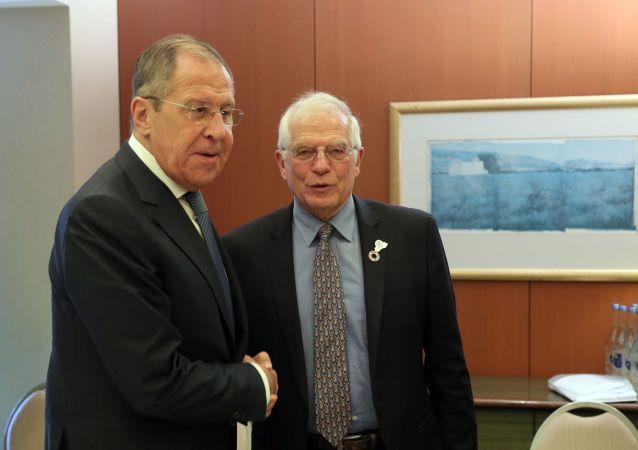 وزير الخارجية الروسي سيرغي لافروف و رئيس الدبلوماسية الأوروبية جوزيف بوريل