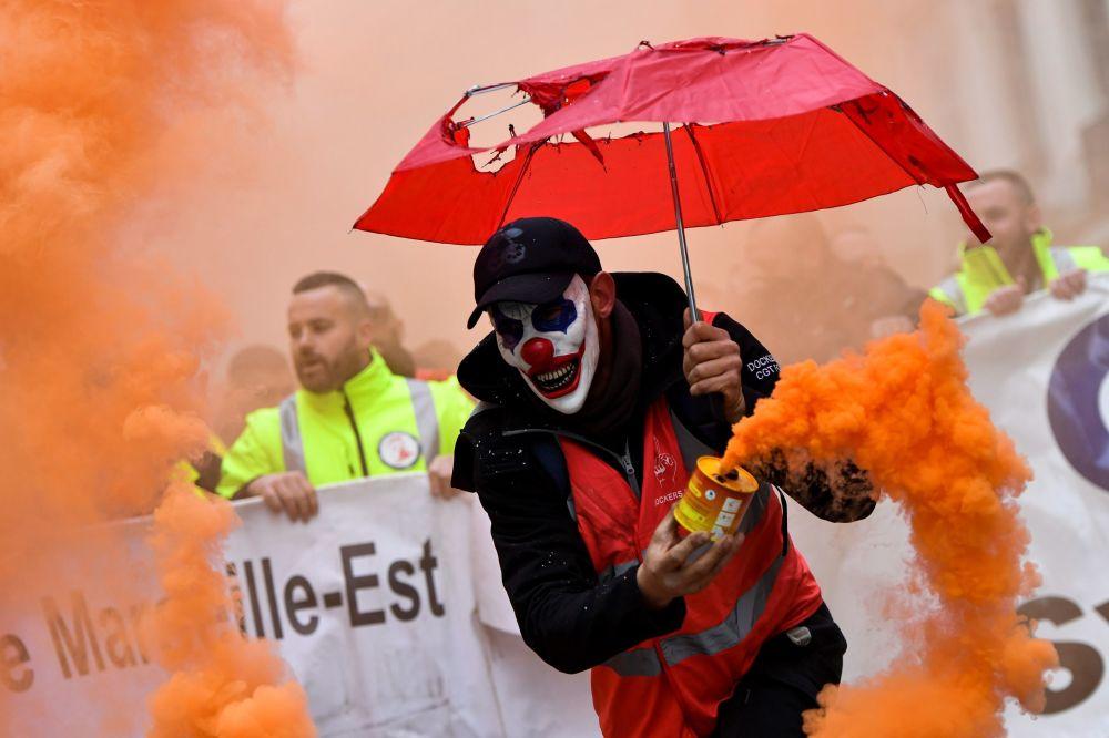 أجحد المشاركين في المظاهرات احتجاجا على إصلاح أنظمة التقاعد في مرسيليا، فرنسا 5 ديسمبر 2019
