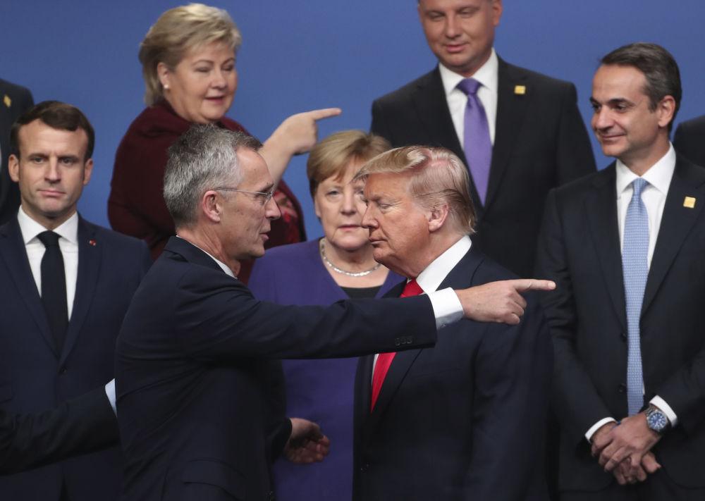 الأمين العام لحلف الناتو، ينس ستولتنبرغن والرئيس الأمريكي دونالد ترامب، قبيل التقاط صورة جماعية لقادة دول الأعضاء لحلف الناتو في قمة الناتو في لندن، إنجلترا، 5 ديسمبر 2019