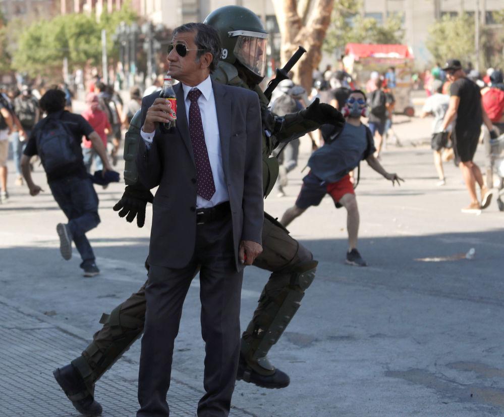 رجل يحمل زجاجة كوكا كولا أثناء مظاهرة مناهضة للحكومة في سانتياغو، تشيلي، 5 ديسمبر 2019