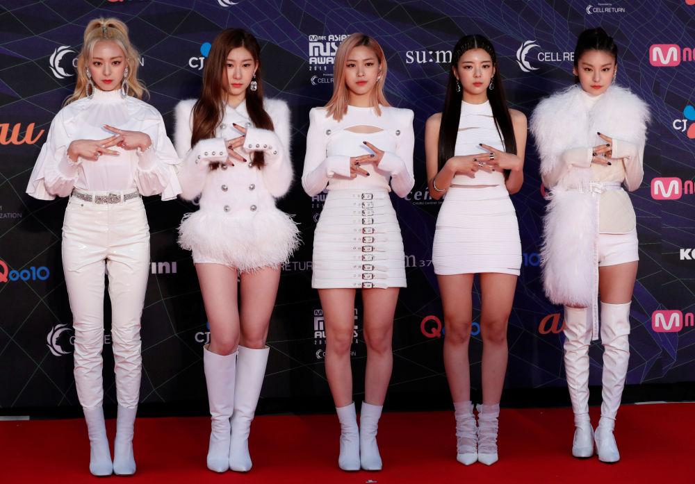 أعضاء الفرقة الكورية الجنوبية ITZY على السجادة الحمراء خلال حفل جوائز ماما السنوية في ناغويا دوم في مدينة ناغويا، اليابان، 4 ديسمبر 2019