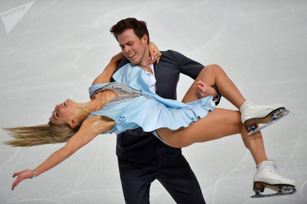 المتزلجان الروسيان فيكتوريا سينتسينا ونيكيتا كاتسالابوف خلال تدريب قبل بدء مسابقة الجائزة الكبرى للتزلج على الجليد الرقص الثنائي لموسم 2019-2020 في تورينو، إيطاليا 4 ديسمبر 2019