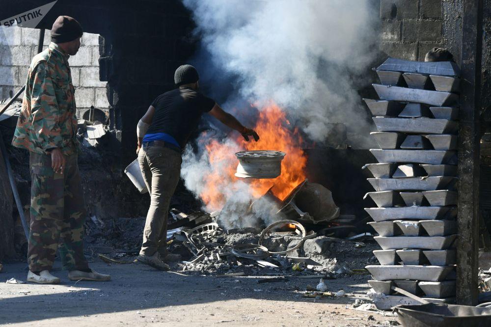 عمال في مصنع للألومنيوم في ريف دمشق الجنوبي، سوريا