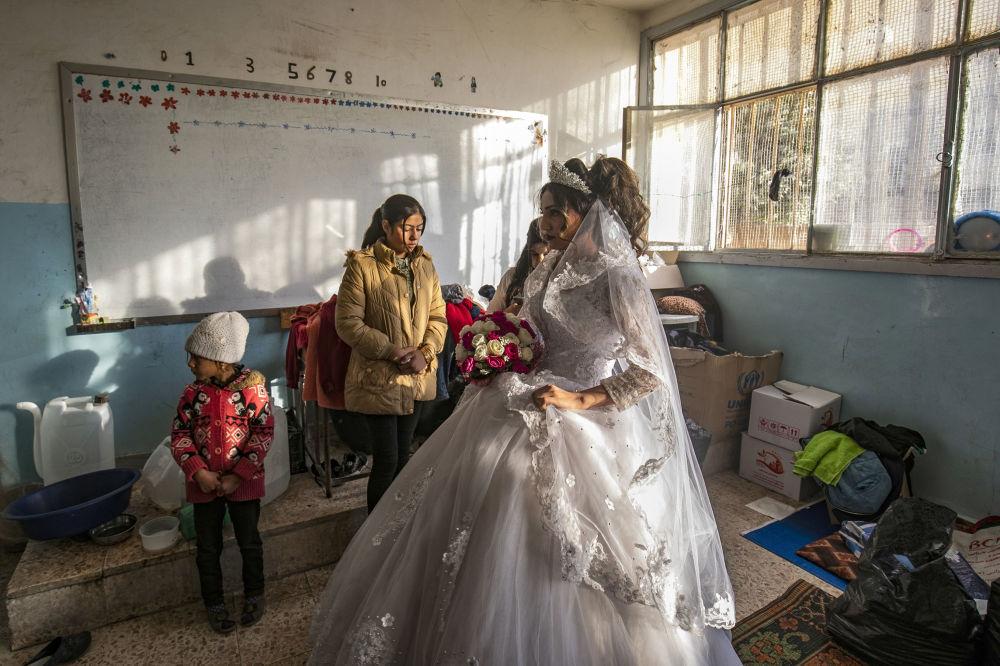 لاجئة سورية تستعد ليوم زفافها في مدرسة تحولت إلى سكن مؤقت في مدينة الحسكة في سوريا، 1 ديسمبر 2019