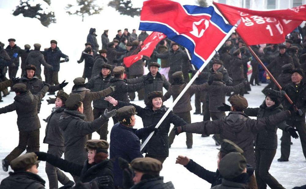 سكان يرقصون على شرف الانتهاء من أعمال البناء في المدينة في مقاطعة سامجيون في كوريا الشمالية، 2 ديسمبر 2019