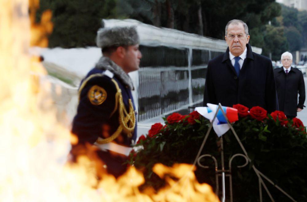 وزير الخارجية الروسي سيرغي لافروف يشارك في مراسم وضع أكاليل الزهور أمام النصب التذكاري للرئيس الأذربيجاني السابق حيدر علييف في باكو، أذربيجان 3 ديسمبر 2019